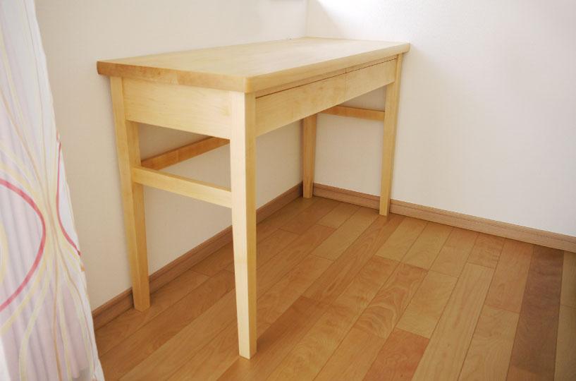メープル材のサイドテーブルです。