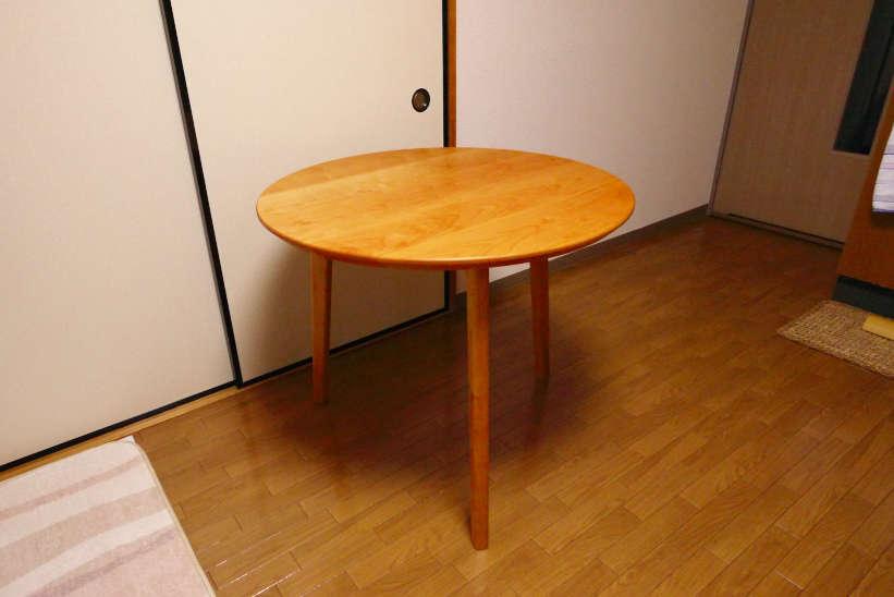 チェリー材で作った3本脚の円卓(丸テーブル)です。