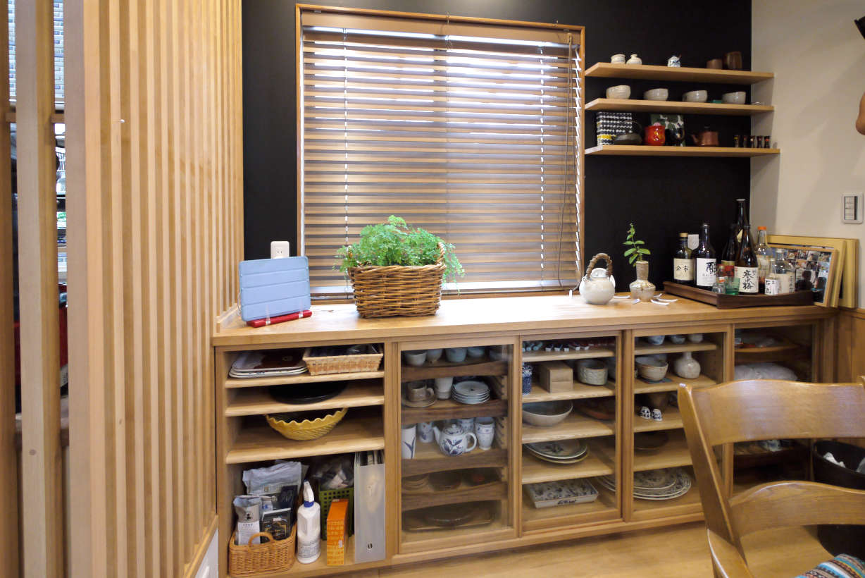 オーダーの食器棚です。食器棚のリフォーム、改装になります。本体、扉にはタモ材を使っています。器を取り出しやすいように一部引き出しなっています。取っ手はシンプルな形になっています。