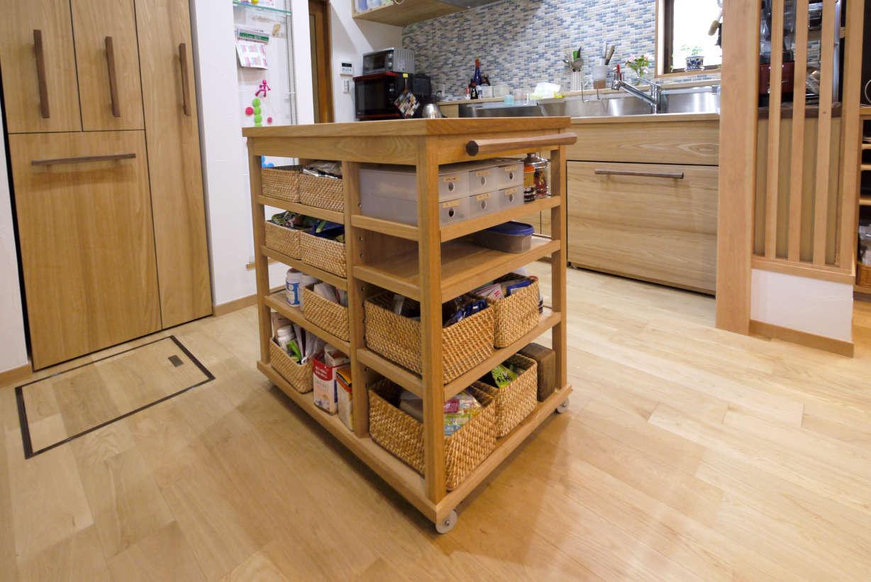 オーダーキッチンのワゴンです。キッチンのリフォーム、改装になります。タモ材で製作しました。無印良品のラタンの箱を綺麗に収めるように設計、製作しました。調理の補助スペース、配膳台として使えます。