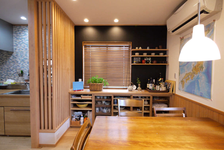 オーダーの食器棚です。食器棚のリフォーム、改装になります。本体、扉にはタモ材を使っています。器を取り出しやすいように一部引き出しなっています。取っ手はシンプルな形になっています。濃い壁が飾棚を引き立ててくれます。