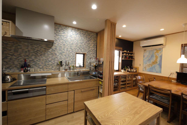 オーダーキッチンです。キッチンのリフォーム、改装になります。天板、扉には無垢のタモ材を使っています。
