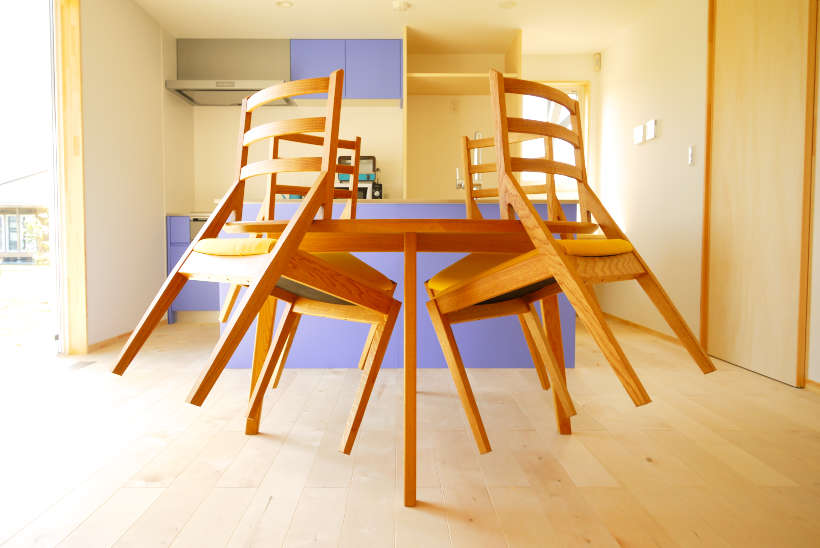 テーブルに引っ掛けた状態の椅子です。