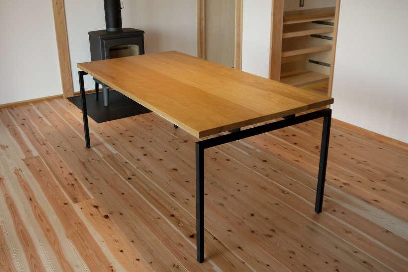 アイアン脚の付いたダイニングテーブルです。