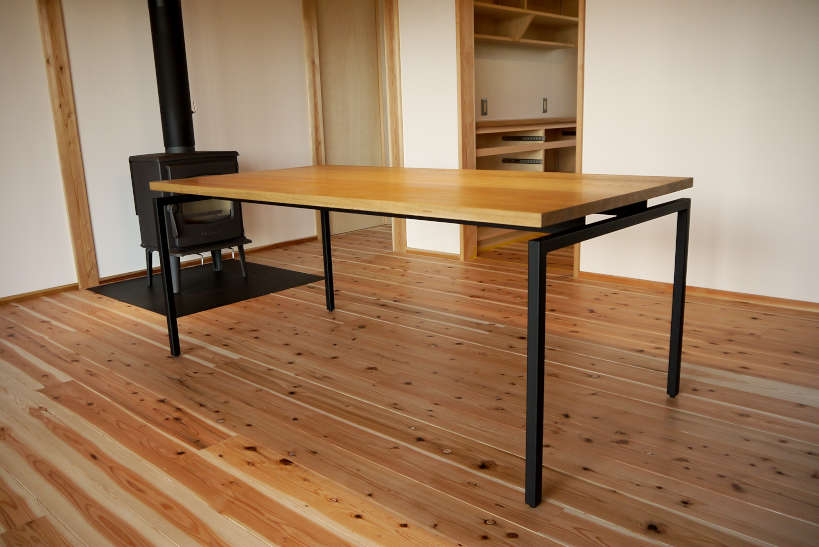 スッキリとしたデザインのオーク材のダイニングテーブルです。