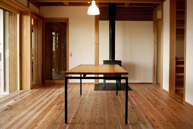 オーク無垢材の天板のダイニングテーブルです。