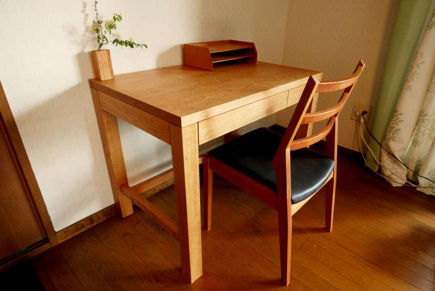 チェリー材で作った学習机です。